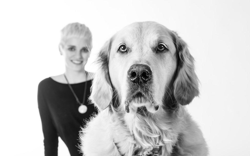 Hund Timber im Vordergrund - dahinter Johanna