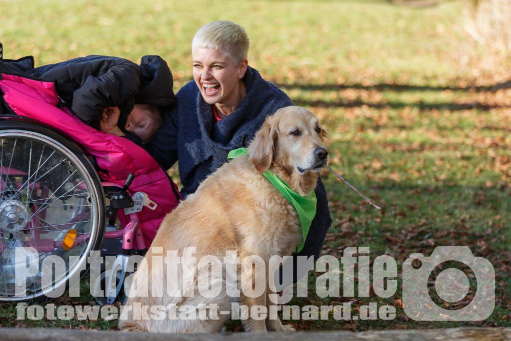 Hund Timber ganz lässig - Johanna - lachend - Kind im Rollstuhl