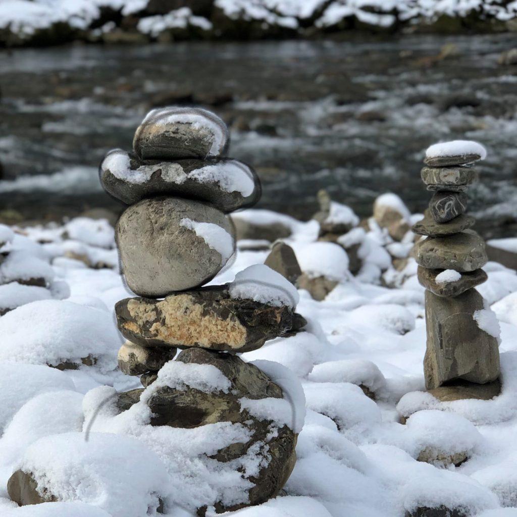 Steinmaenchen mit Schnee