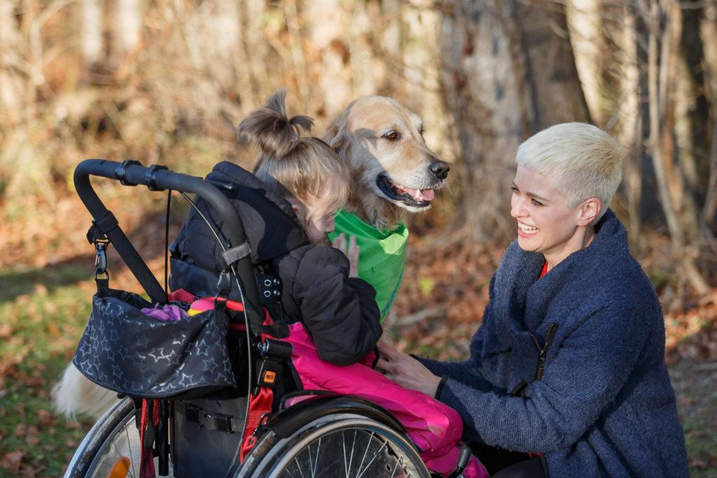 Hund Timber, Johanna und Kind im Rollstuhl
