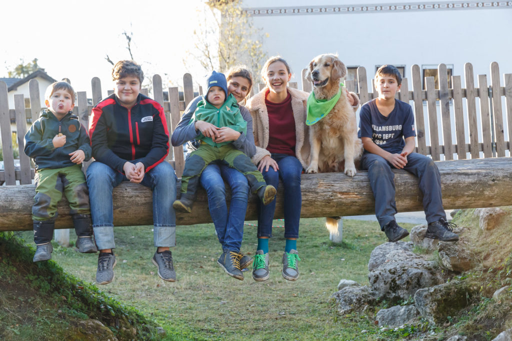 Hund Timber und Kinder sitzen auf der Brücke
