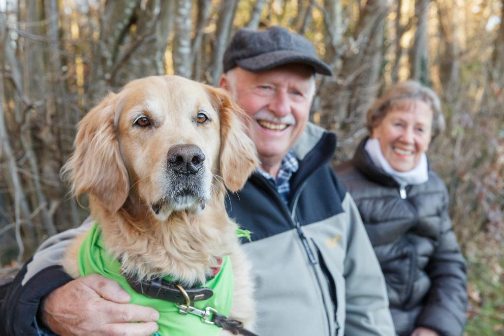 Hund Timber und Senioren Paar