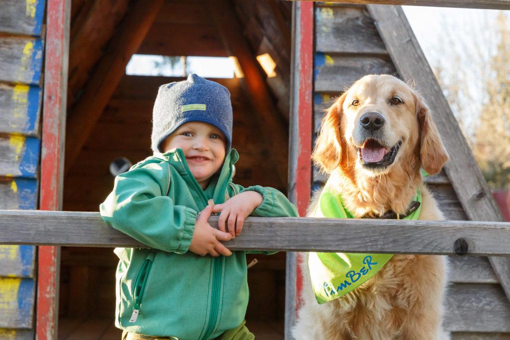 Kind und Hund Timber