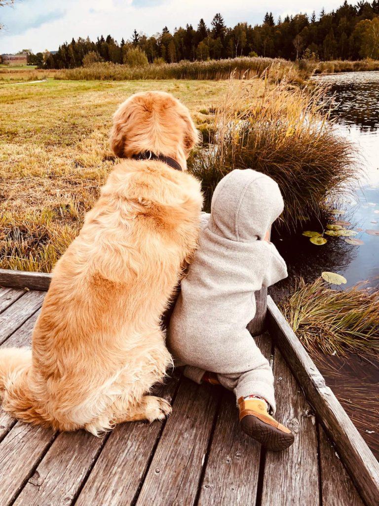 Timber und Kind schauen auf den See