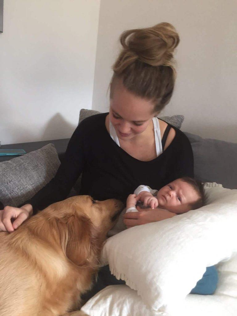 Timber, Baby und Johanna kuscheln auf der Couch