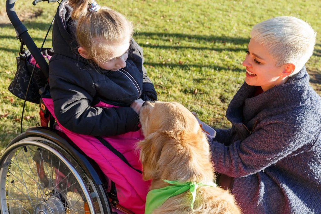 Timber und Johanna mit Mädchen im Rollstuhl
