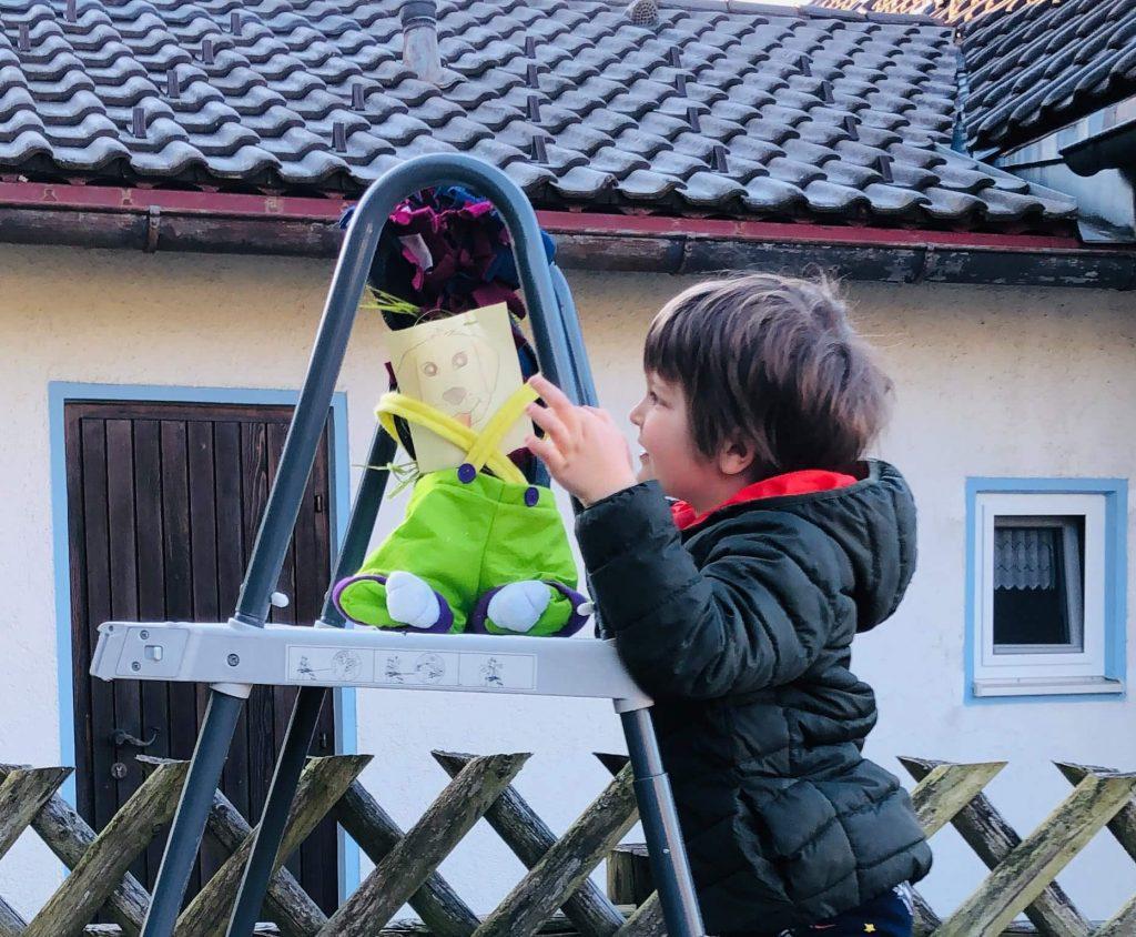 Kind findet Osternest von Timber