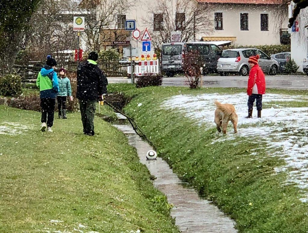 Kinder spielen trotz schlechtem Wetter draußen