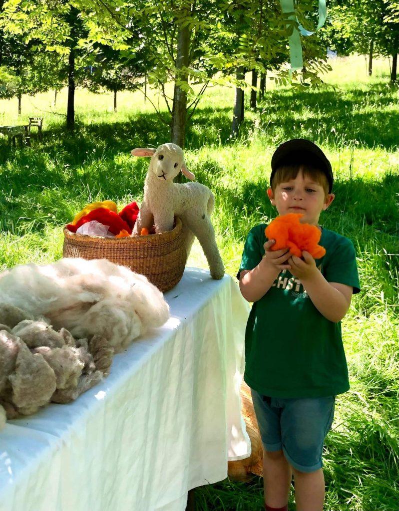 Kind mit unterschiedlicher Wolle