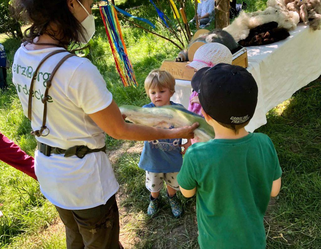 Mit Kindern die Wolle bearbeiten