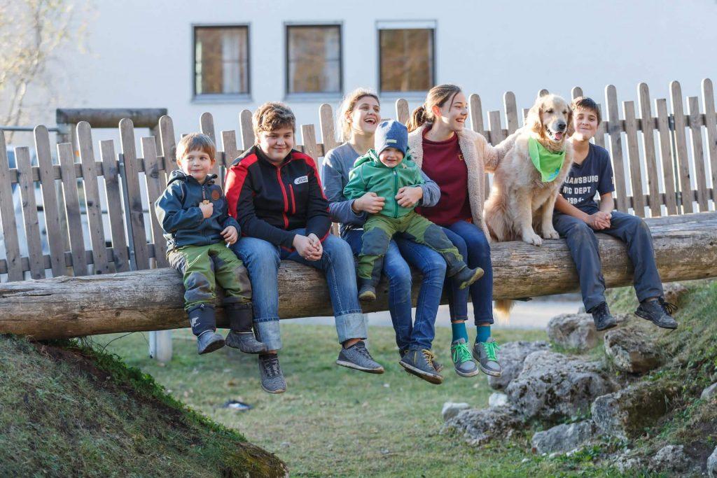Timber zusammen mit lachenden Kindern