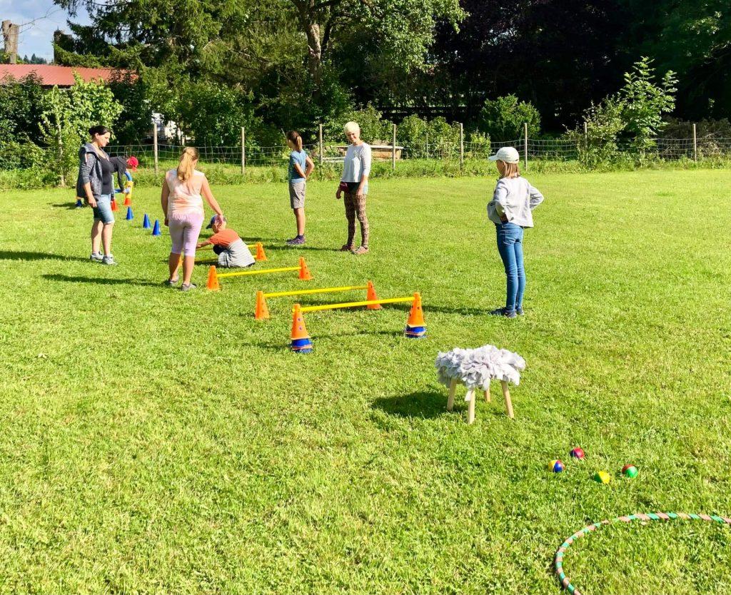 Kinder bauen einen Parcours auf