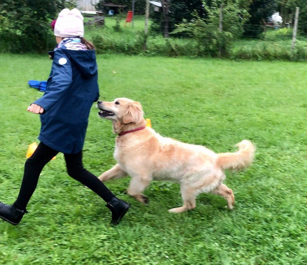 Timber und Kind laufen zusammen
