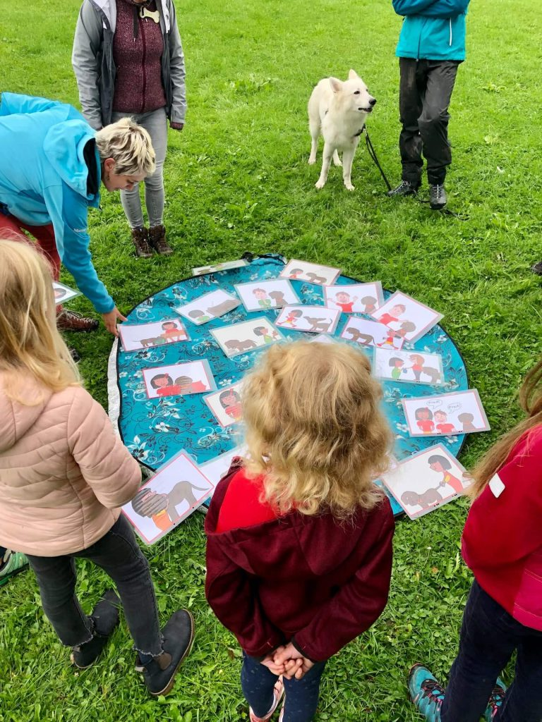 Kinder besprechen die Hunderegeln