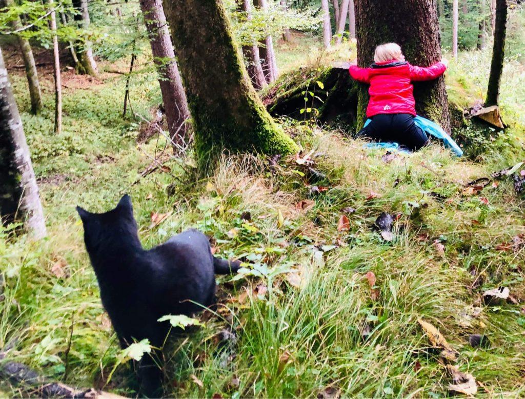 Kind und Katze im Wald
